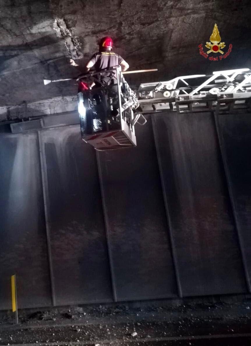 caduta calcinacci galleria vallicelle superstrada 1-2