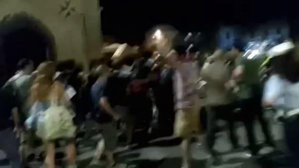 Studenti irrompono al concerto di Capossela in Piazza Cavalieri