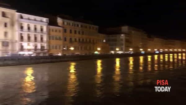 La piena dell'Arno passa da Pisa