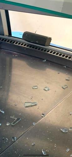 bar la borsa la pietra di porfido lanciata contro i gestori nascosta sotto il giacchetto dell'aggressore-2